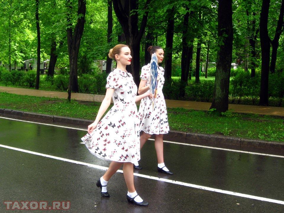 Во главе парада — две девушки с постером «Ретро-Фест»