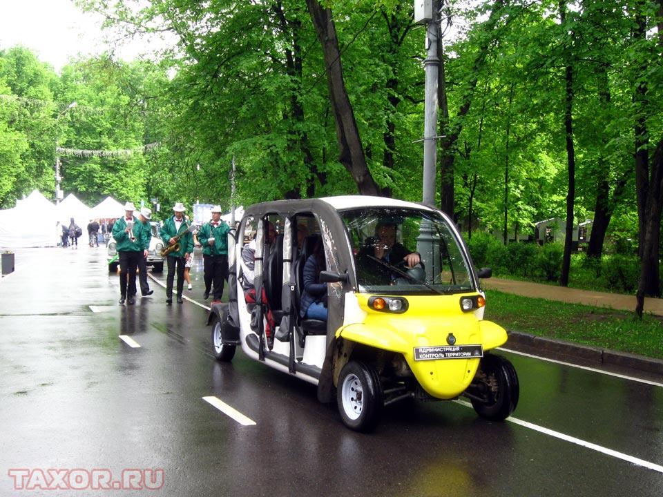 Электромобиль поддержки и оркестр с лёгким национальным колоритом
