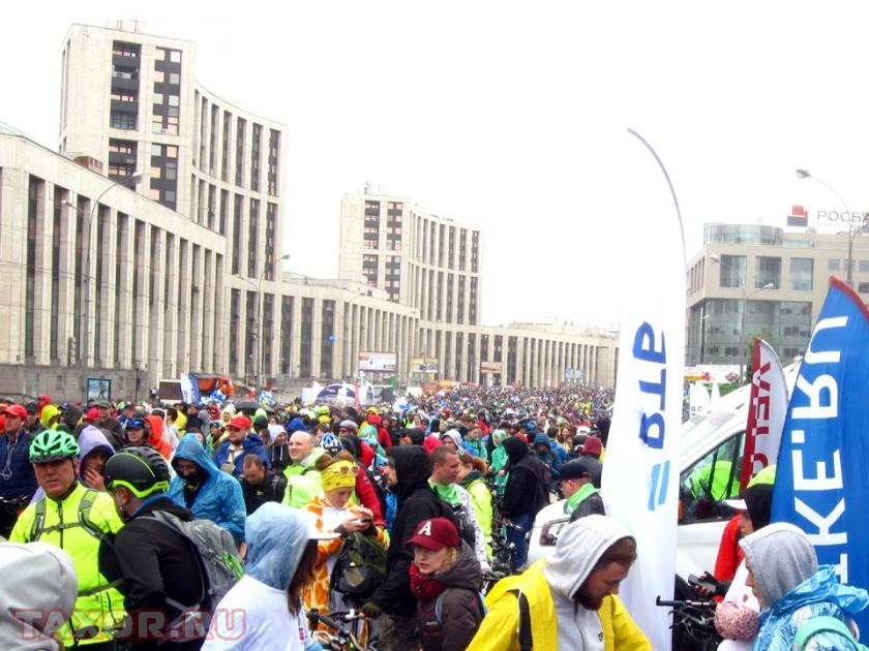 Пустующий проспект заполняется велосипедистами