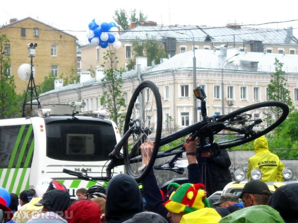 Это не форма протеста, а простой и эффективный способ пробраться через толпу велосипедистов