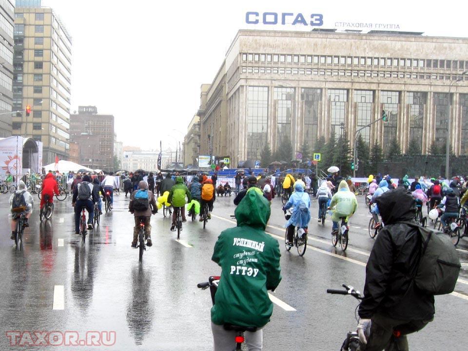 Поток участников велопарада выезжает на Садовое кольцо