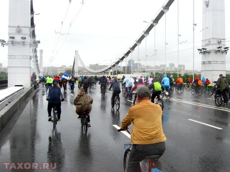 Велопарад следует по Крымскому мосту