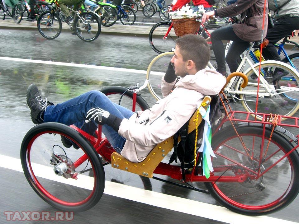 Среди велосипедов мелькают и более диковинные агрегаты