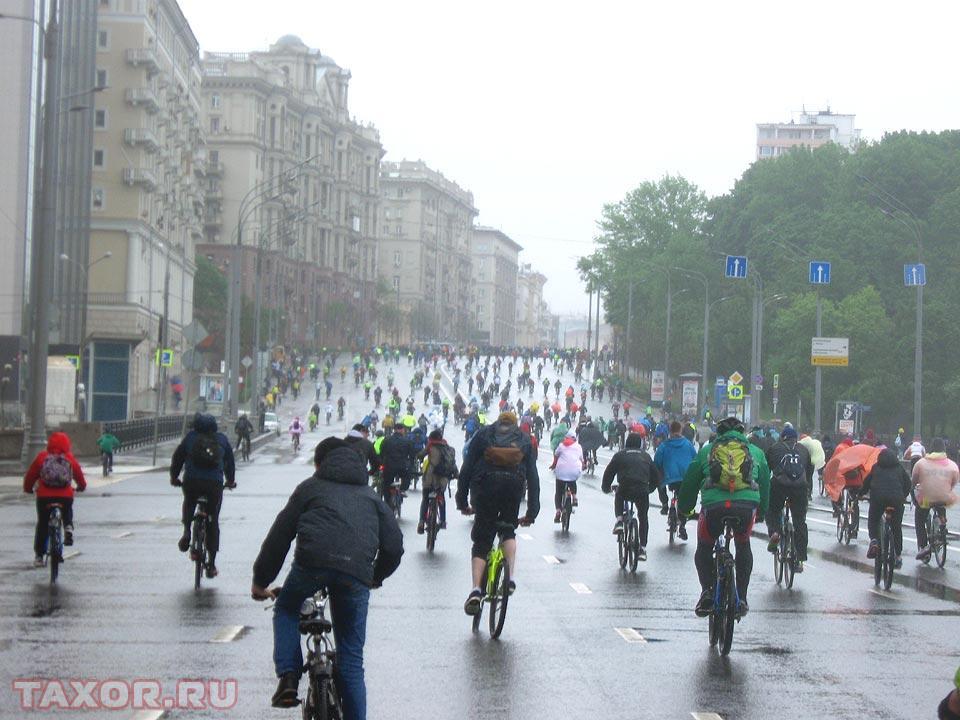 Незадолго до финиша велосипедистов ждёт непростое препятствие