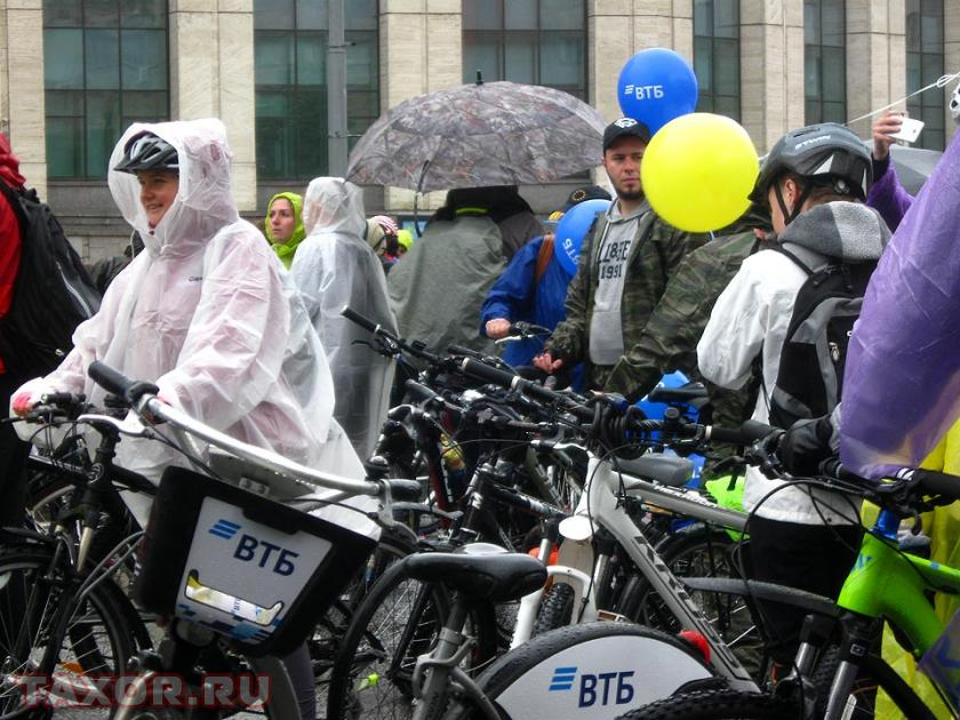 Всё плотнее и плотнее ряды велосипедистов