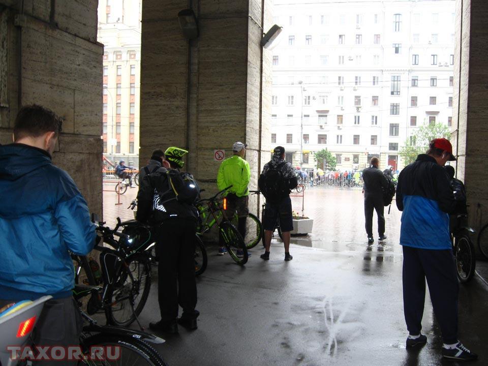 Участники велопарада предпочитают дожидаться старта под крышей