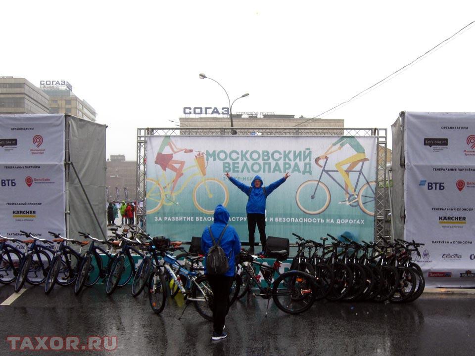 На пустующей сцене фотографируются велосипедисты