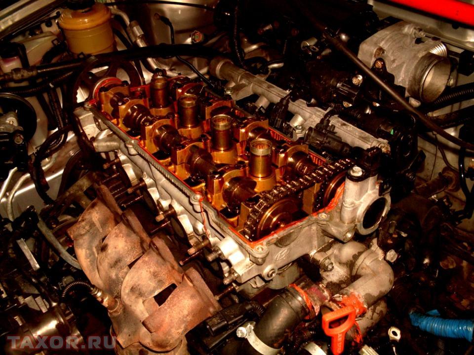 Двигатель автомобиля со снятой клапанной крышкой
