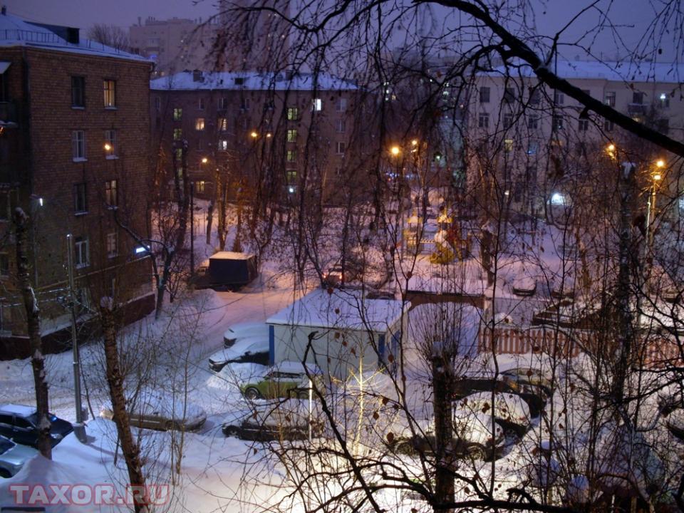 Заснеженные вечерние московские дворы.