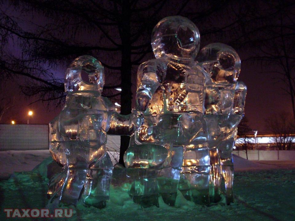 Ледяные скафандры с прорезями для лиц на экспозиции ледяных фигур