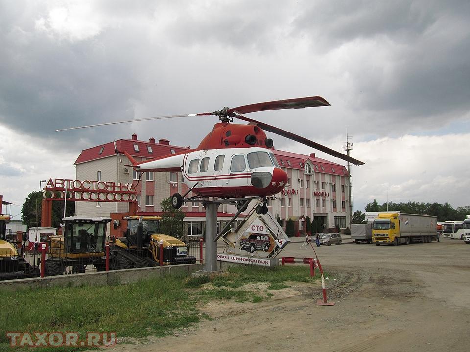 Придорожная гостиница с установленным перед фасадом вертолётом в Саратовской области