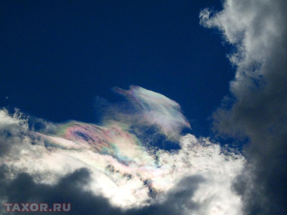 Необычные разноцветные оттенки на облаках