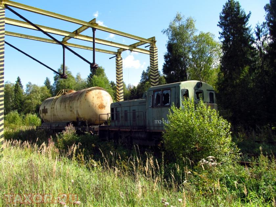 Железнодорожный маневровый локомотив на территории заброшенной подмосковной воинской части