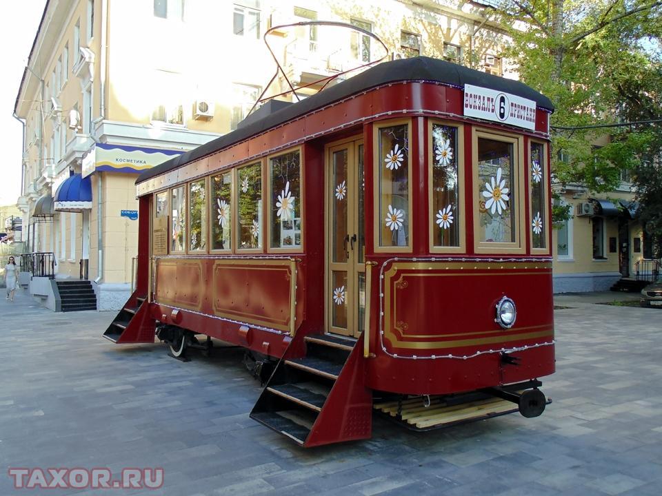 Трамвайный вагон, установленный в центре Саратова