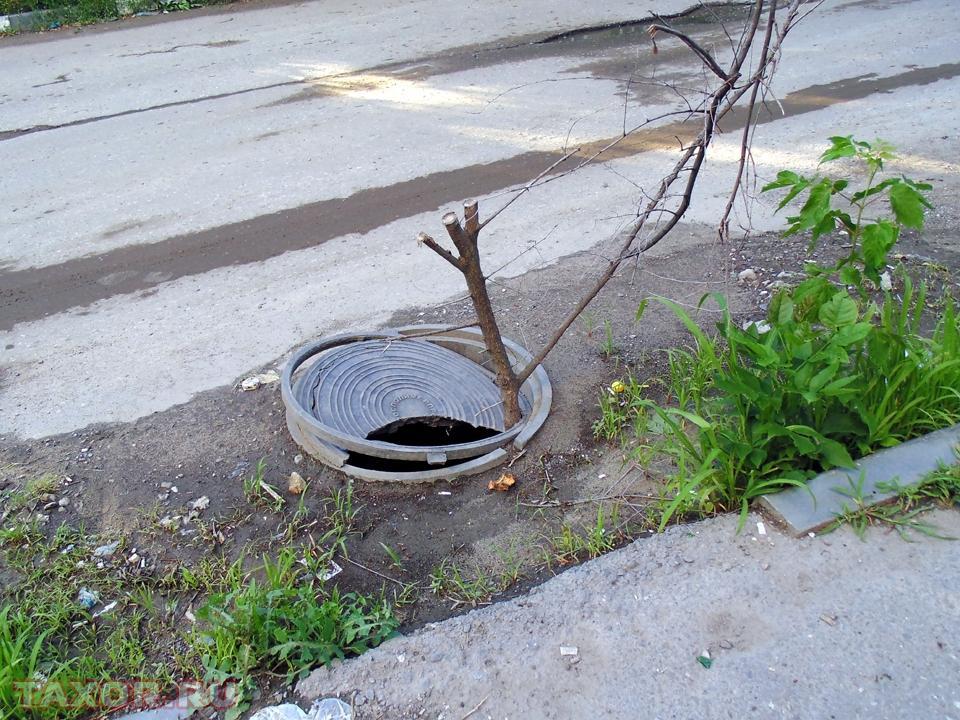 Канализационный люк на одной из саратовских улиц