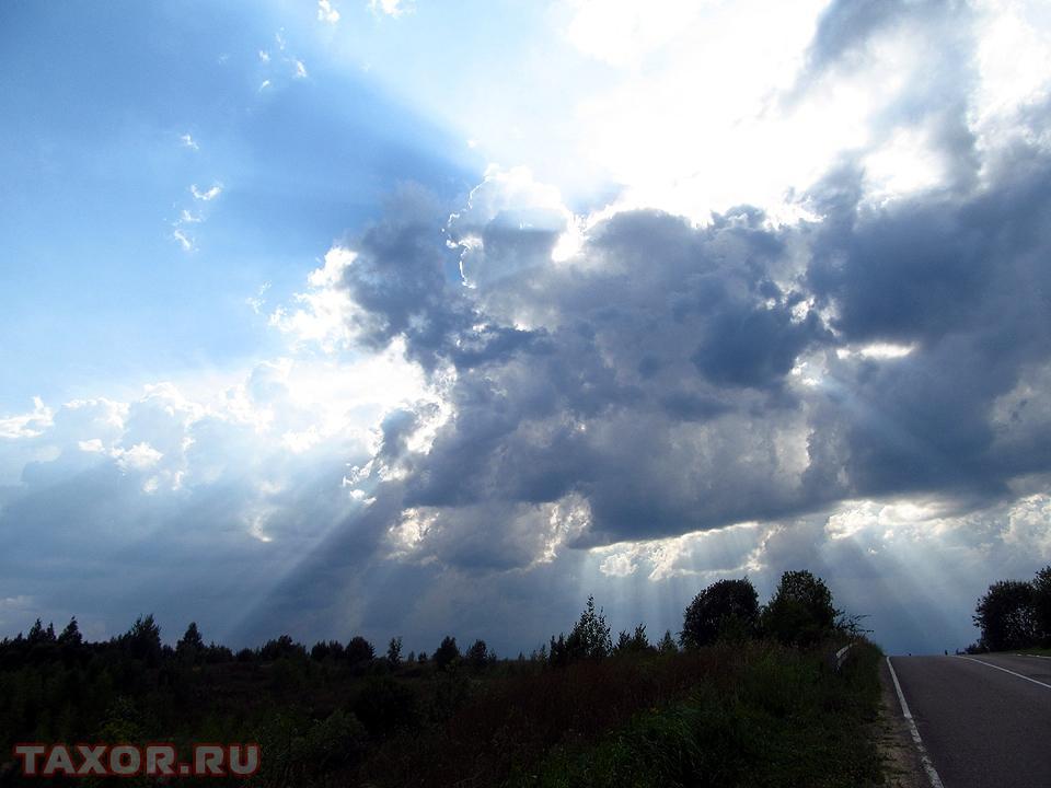 Солнечный свет пробивающийся сквозь облако