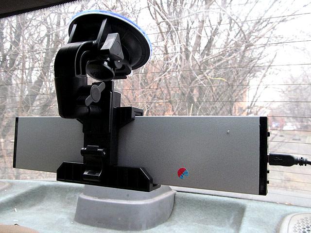 А вот так можно закрепить LED-панель на заднем стекле автомобиля