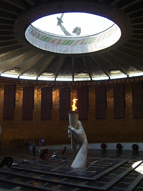 В отверстии над Вечным огнём видна скульптура Родины-Матери