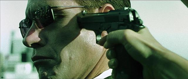 Тринити приставляет ствол пистолета к виску Агента