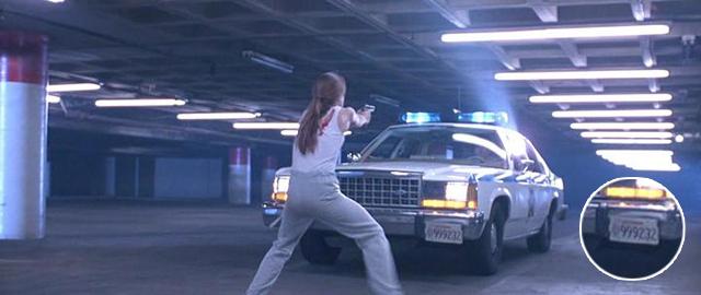 Сара Коннор останавливает полицейский автомобиль с номерным знаком 999232