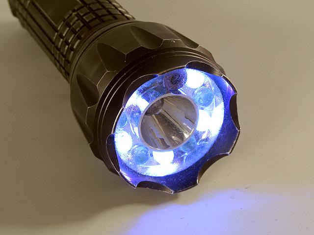 Третий режим работы фонарика — синий свет: незаменимо для определению подлинности денежных купюр