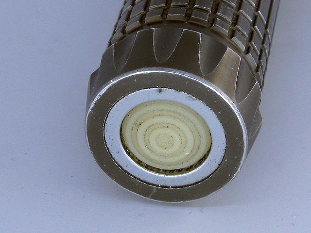 Утопленная в металлическое кольцо кнопка